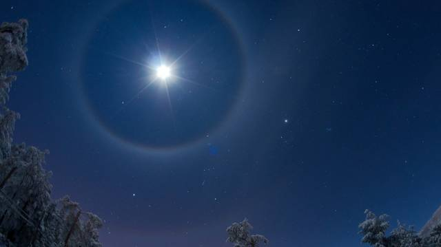 Hogy hívják a képen látható, szabad szemmel is megfigyelhető, viszonylag gyakori jelenséget, amikor a Holdhoz koncentrikus kör alakú fénykarima társul?