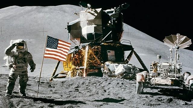 Melyik állítás igaz a Holdra felszíne nappali és éjszakai hőmérsékletének változásával kapcsolatban?