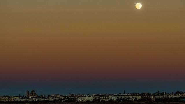 Mit akarnak fellőni a Holdra Verne Utazás a Holdba című regénye elején a baltimore-i tüzérklub tagjai?