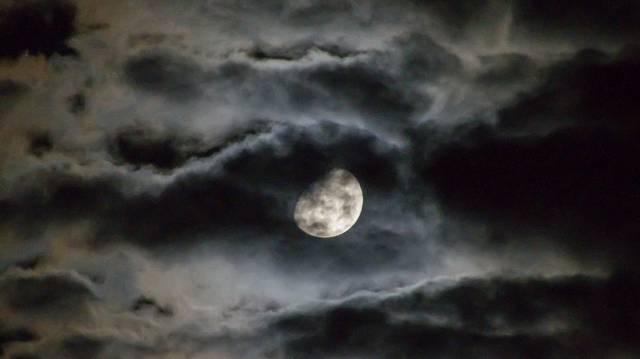 Miről akarnak meggyőződni a Holddal kapcsolatban H. G. Wells Emberek a holdban című regényének szereplői?