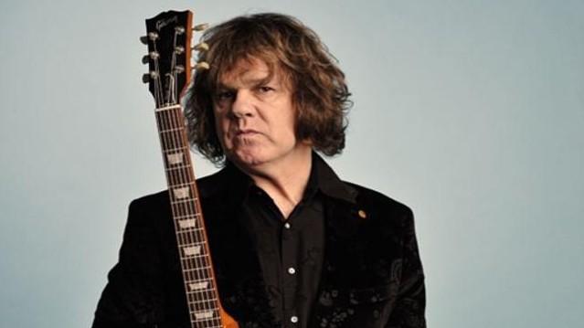 Felismered, ki volt az a rock- és bluesgitáros, akinek 2001-es lemezén jelent meg a nagy sikert aratott Picture of the Moon című dal?