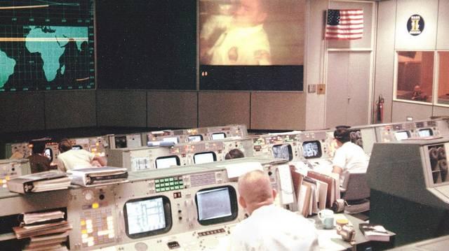 Ki volt a három asztronauta egyike az Apolló 13 című filmben, aki Jim Lowellt alakította, és másokon kívül a Forrest Gump, a Halálsoron és a Számkivetett című mozik is a nevéhez fűződnek?