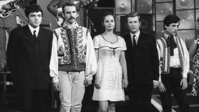 A fotó az 1968-as Ki mit tud?-on készült. Ki a jobb szélen, Gálvölgyi János mellett álló fiatalember?