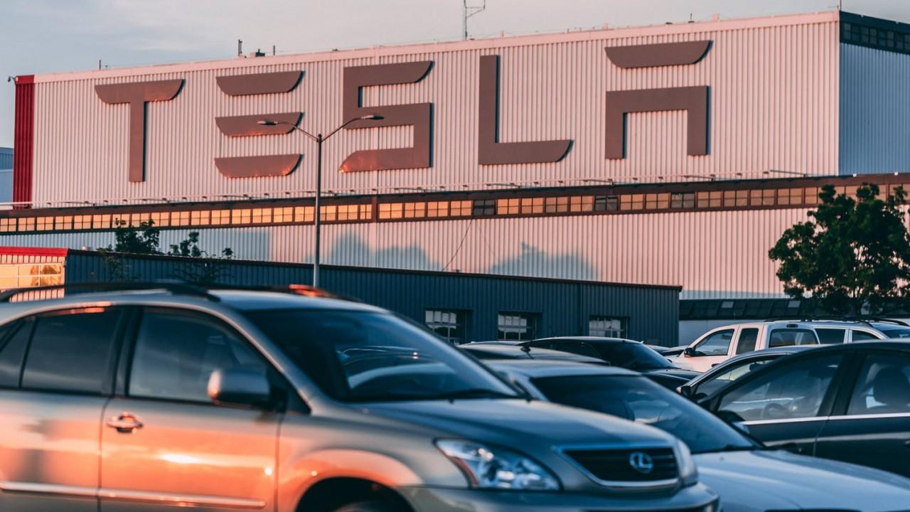 Melyik országban található a Tesla elektromosautó-márka székhelye?
