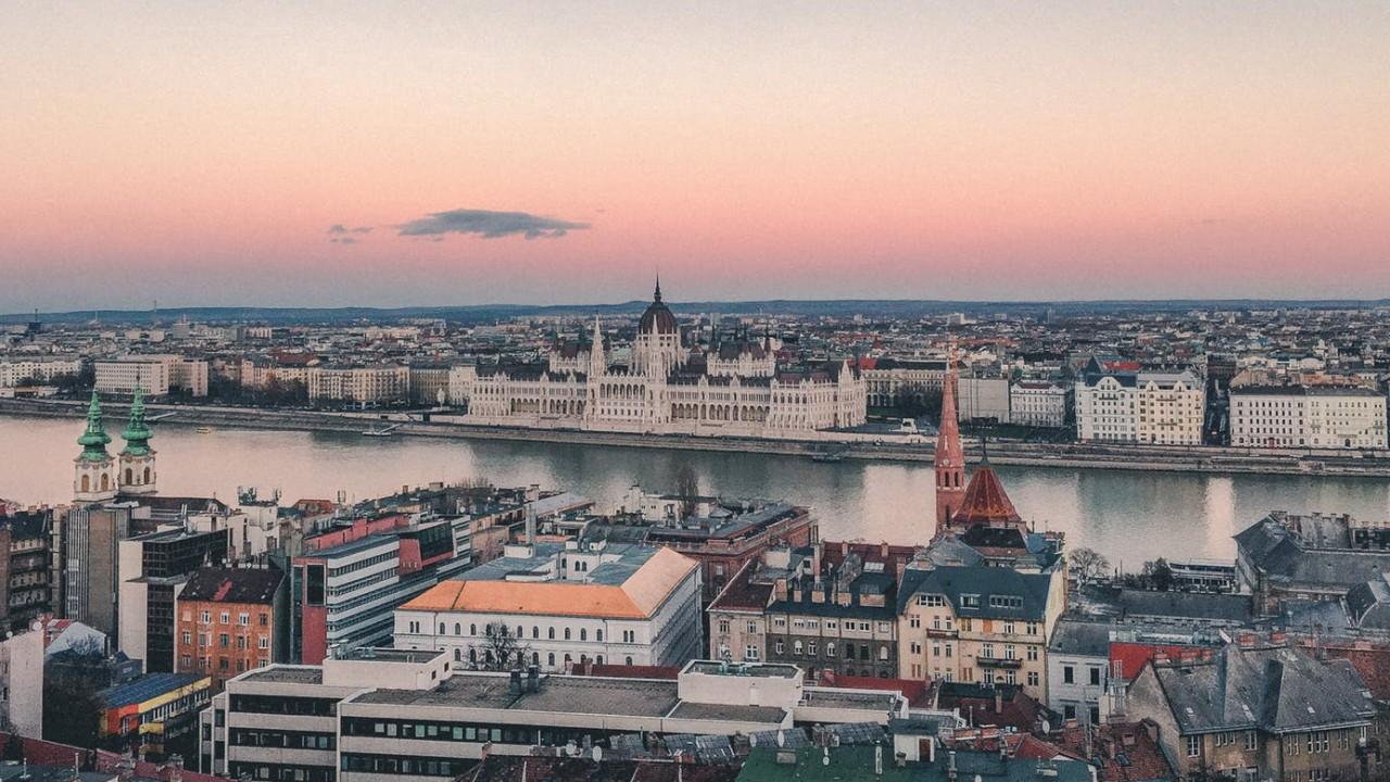 Melyik az az ismert magyar, akiről úgy hírlik, hogy neki a van a világon a legtöbb köztéri szobra?