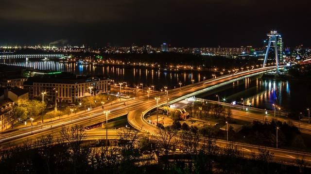 Melyik az a Magyarországgal szomszédos ország, amelynek a fővárosa a legközelebb van a magyar fővároshoz?
