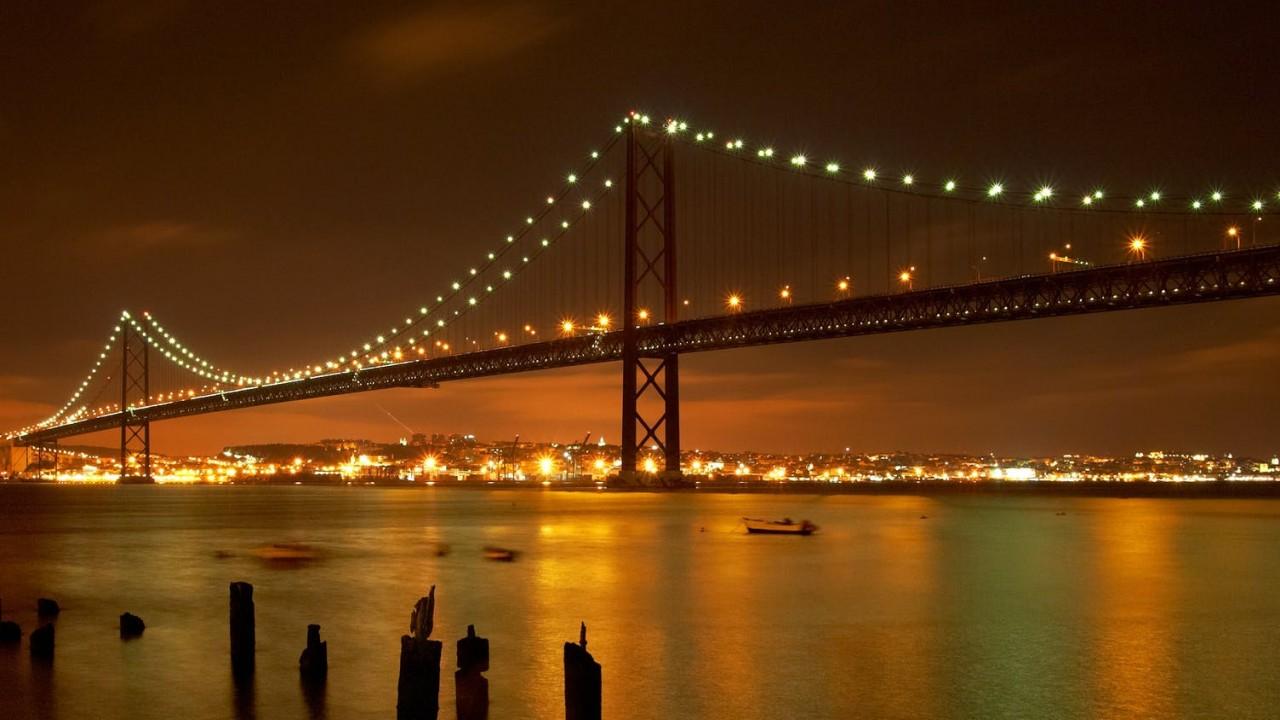 Melyikükről nevezték el Európa leghosszabb hídját, amely Lisszabonban található?