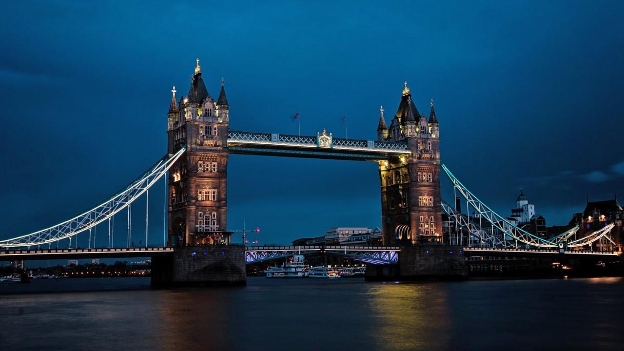 Melyik európai folyónak a hídja az, amelyiknek felemelik a középső részét, így nyitva utat a nagyobb hajóknak? A híd az egyik európai fővárosban található.