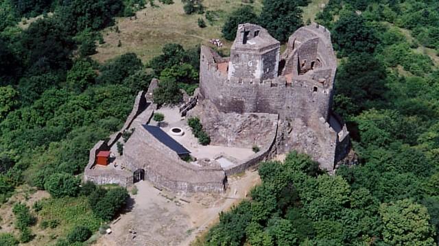 Melyik megyében található a Hollókői vár?