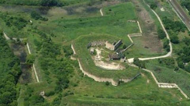 Melyik megyében található a Komáromi erődrendszer?