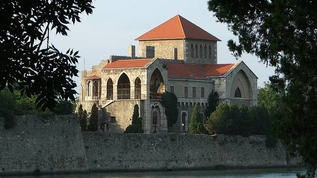 Melyik vár nem Tolna megyében található?
