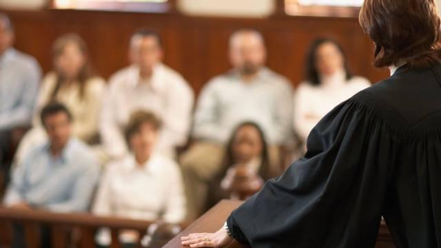 Hány emberből áll az angolszász jogrendszerből ismert esküdtszék?