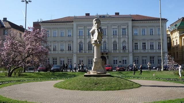 Melyik nagyvárosunkban járunk, ha a központi terét Széchenyi térnek hívják?