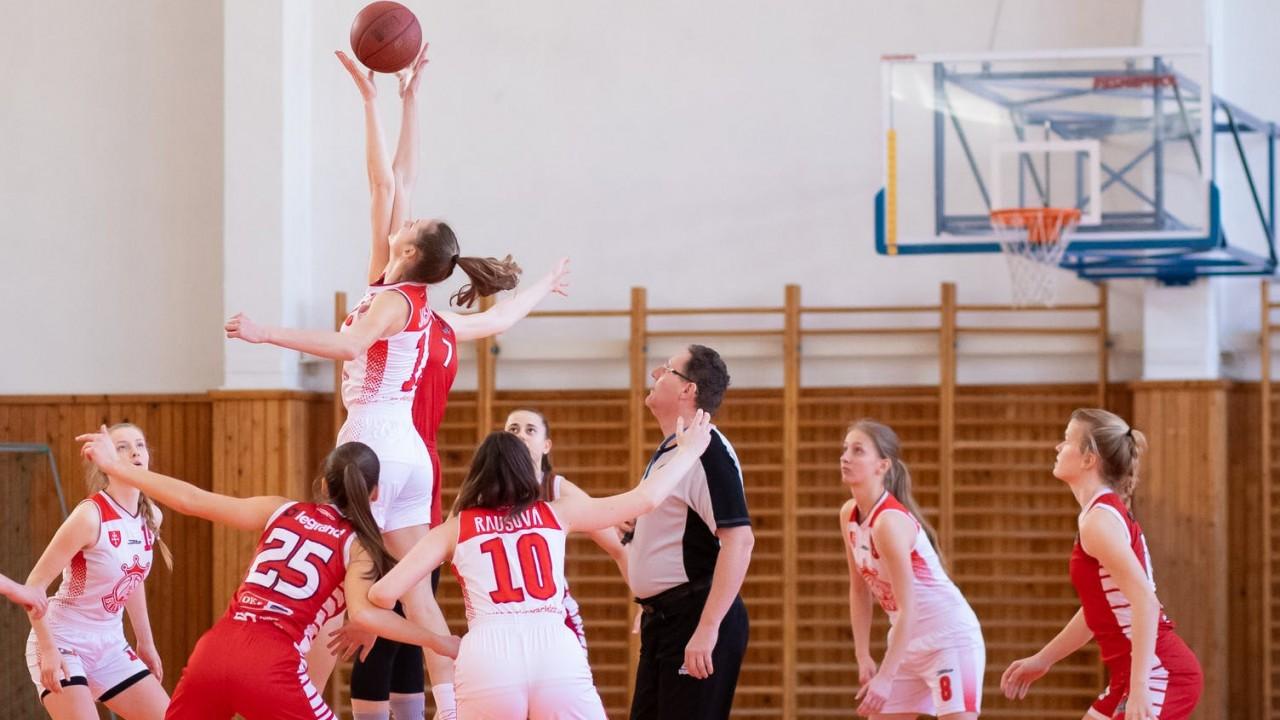 Egyszerre hányan tartózkodnak a pályán csapatonként a kosárlabdában?