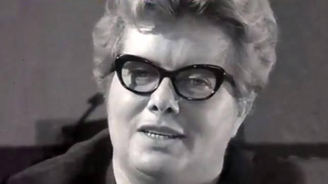 József Attila-díjas magyar író és újságíró (1922-1996). Számos színdarab, regény fűződik nevéhez. Népszerűségét humorának és emberismeretének köszönheti. Népszerűek férjével közösen írt útirajzai.