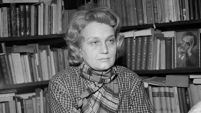 Kossuth-díjas magyar költő, műfordító, esszéíró, pedagógus (1922-1991). A hetvenes, nyolcvanas években a magyar irodalmi élet meghatározó személyisége lett, meséi közül kiemelkedik Bors néni könyve.