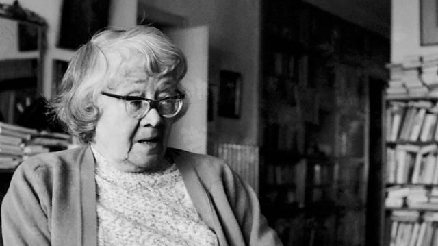József Attila-díjas magyar költő, műfordító (1909-2003). Műfordítóként angol, német, francia lírát fordított, meséket, verseket, valamint új kötetkompozíciót, lírai montázsokat készített.