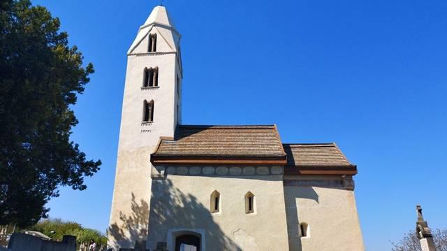 Arányaiban, tömegképzésében, alaprajzi elrendezésében a templom egyike a legfejlettebb falusi, román kori templomainknak. Melyik ez a templom?