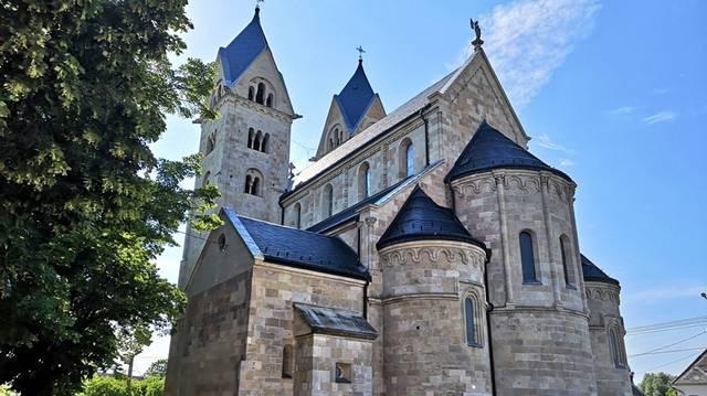 Magyarország egyik legjelentősebb középkori építészeti emléke 1212-ből való, a faragott kövekből épült kéttornyos, háromhajós templom egyedülálló mementója az Árpád-kornak. Melyik ez a templom?