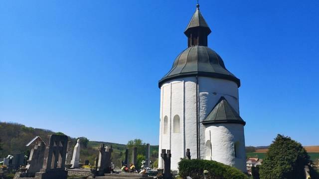 A kúp-alakú és harangtetős Árpád-kori körtemplom 1260 körül épült román stílusban, belső átmérője 5,8 méter. Karacs fia Miklós építette eredetileg Szent Miklósnak szentelve. Melyik templom ez?