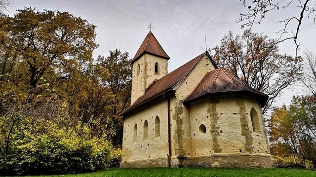 Különlegessége a templom teljes belsejét borító freskó, amelyet Aquila János festett 1378-ban. Melyik templomunkról van szó?