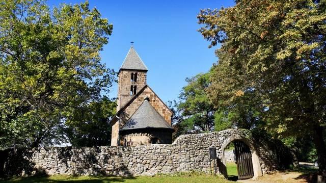 Az egyik legépebben fennmaradt hazai román kori templomunk, amely barnásvörös trachit kőből faragott kváderekből épült. Melyik ez a templom?
