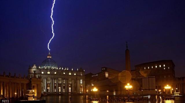 2013. február 11-én villám csapott a Vatikáni Szent Péter-bazilika kupolájába. Milyen fontos esemény történt aznap a Vatikán életében?