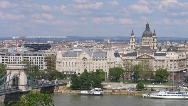 Melyik város főterét nem Széchenyi térnek hívják?