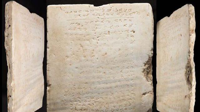 Kaliforniában árverezték el azt a legrégebbi ismert kőtáblát, amelyen a bibliai tízparancsolat olvasható. Mi a különlegessége a kövön látható feliratnak?