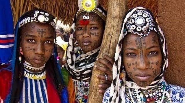 Zimbabwe középső, és a Dél-afrikai Közt. északi részén él a lemba törzs, számuk 70 - 80 000 fő. A törzset a szájhagyomány szerint hét ember alapította. Milyen származásúak az ősök?