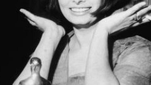Sophia Loren volt az első, aki idegennyelvű alakítással nyert Oscar-díjat. Ki az a férfi, aki szintén olasz nyelvű alakításáért kapta a második ilyen elismerést?