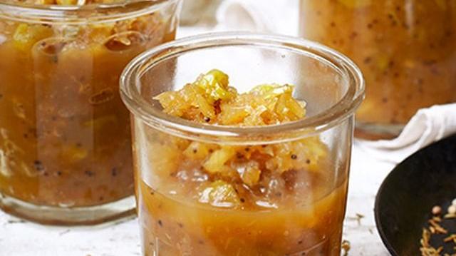Hogyan nevezzük az indiai konyhában használatos, zöldség vagy gyümölcs alapú, többnyire édes-csípős, fűszeres mártást?