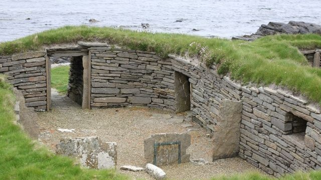 Miről nevezetes a skóciai Orkney-szigetekhez tartozó Westray és Papa Westray szigetek?
