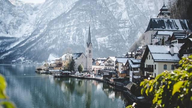 Melyik az a 780 lakosú, 7 000 éves osztrák falu, amelyről elterjedt, hogy róla mintázták a Jégvarázs című rajzfilm királyságát, Arendellét, és ennek következtében év egymillió látogatója van?