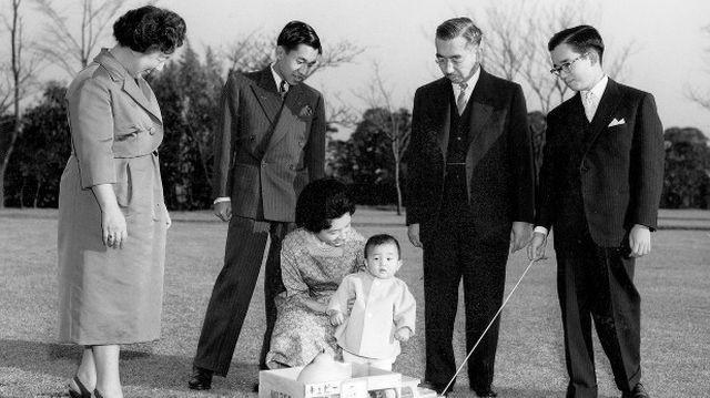 Hogyan hívták hercegként Naruhito japán császárt?