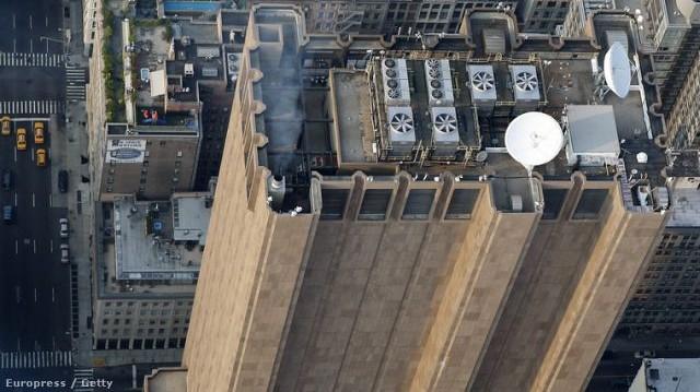 Mi célt szolgál ez a New York központjában álló, 170 m magas, ablaktalan, bástyaszerű, brutalista stílusú épület?