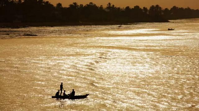 Az USGS szerint a hossza 6 650km, ami egyértelműen a leghosszabb folyó Afrikában.