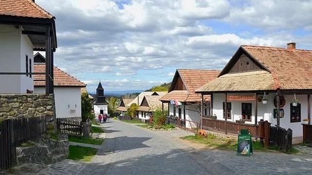 Magyarország egyetlen olyan faluja, mely szerepel az UNESCO világörökség listáján. Melyik az? (2020-ban)
