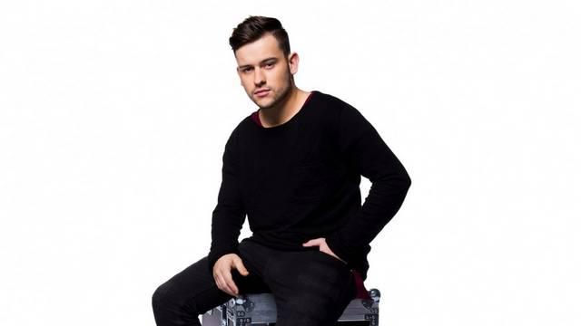 Szabó Ádám zenész, énekes. 2015-ben Katona Tamással megalapították a Yesyes formációt. Ötéves korában kezdett hangszeren játszani, de melyiken?