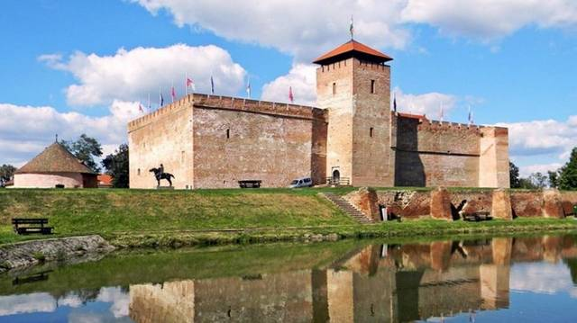 A valamikori Magyar Királyság egyetlen épen maradt gótikus sík vidéki erődítménye, amely a 16. századtól meghatározó végvára volt az országnak. Ez a ...