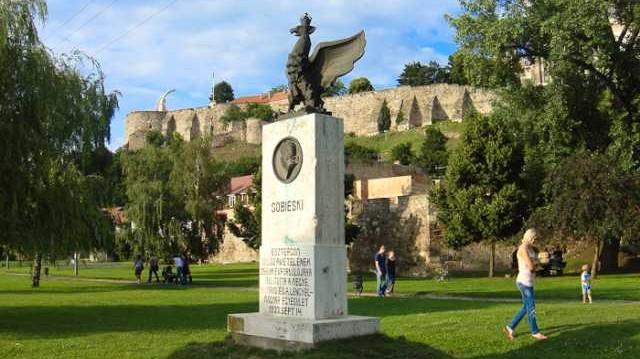 1.Milyen néven nevezik az esztergomi vár alatti parkot a Duna partján.