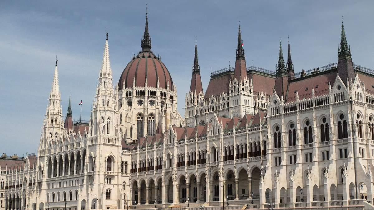 Hozzávetőlegesen hány politikai párt van ma Magyarországon 2020-ban?