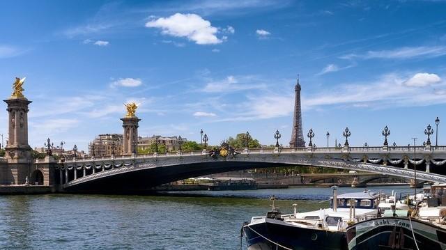 Melyik folyó partján fekszik Párizs?