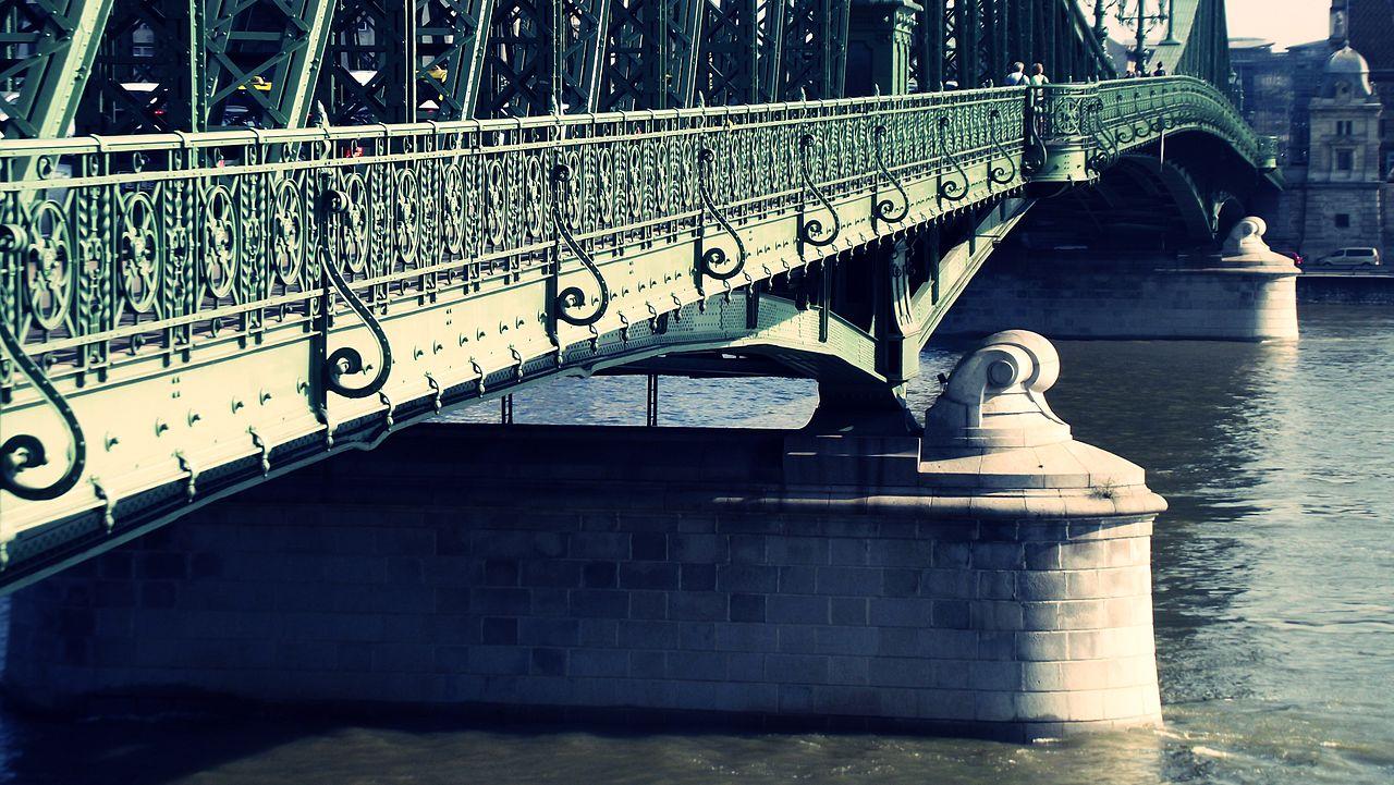 6.A híd végül néhány kisebb változtatással ………….. tervei alapján épült meg.