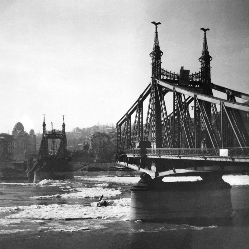7.A visszavonuló német hadsereg – a többi budapesti Duna-híddal együtt – felrobbantotta. Mikor?