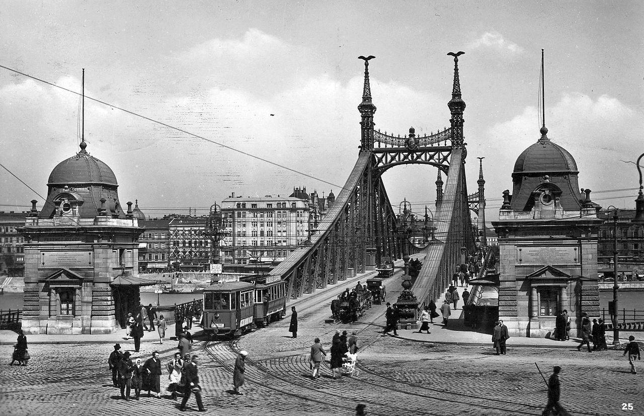 10.A híd jellegzetes díszei a pillérek kapuzatának tetején ülő ................