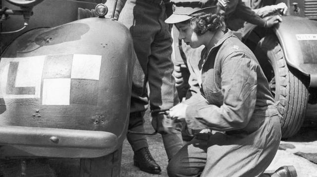 Erzsébet hercegnő háborús képzéséhez hozzátartoztak az alap szerelési ismeretek egy autóhoz.