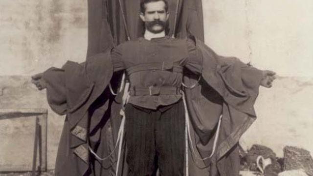Franz Reichelt, párizsi szabómester 1912. február 4-én az Eiffel-toronyról végrehajtott ugrásával az ejtőernyőzés egyik neves úttörőjévé vált. Mi okozta végül a vakmerő kísérletező halálát?