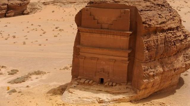 Melyik nép fiai építették ezt a befejezetlen sziklasírt Szaúd-Arábiában az első században?