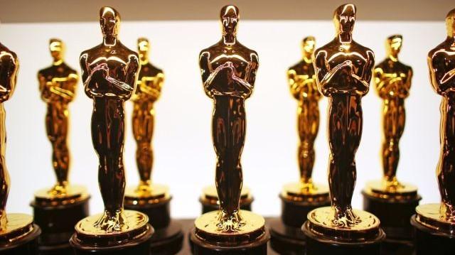 A díj egész történetében az első nem angol nyelvű filmként melyik ország képviselői vehették át a legjobb filmnek járó Oscar-díjat?